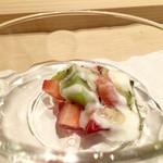 鮨 竜介 - 苺とキウイにヨーグルトとトリュフ蜂蜜