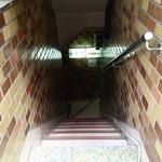 鮨 竜介 - この階段をおりるとお店です。