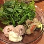 オステリア レガーロ - サラダ前菜と白ワイン