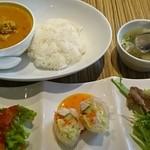 49429348 - ランチ   本日のカレー   ~鶏肉タイタケノコのイエローカレー~    ¥1300
