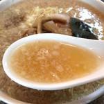 らーめん丸富 - 醤油らーめん大盛のスープ
