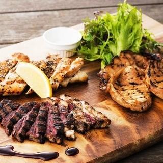 自慢のオープングリルで焼き上げる北海道産肉♪