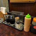 洋食の店 キッチンK - 卓上に常備された調味料類(2016年4月)