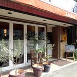 トラットリア ピッツェリア アミーチ - オリーブの鉢とカフェカーテン
