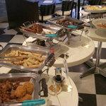 スクエア - ガッツリ食べたい方はこちら!唐揚げ、スペアリブ、パスタ等が並びます♪