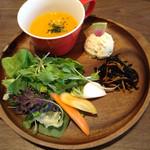 49443167 - サラダ、具だくさんスープ
