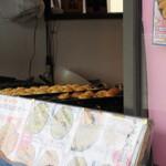 愛の料理 元気屋 - 注文が入ると店員さんがテキパキとタコ焼きを目の前で焼いてくれました。