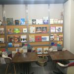 カフェ ル ミロワール ドー - 【内装】壁面いっぱいの本棚