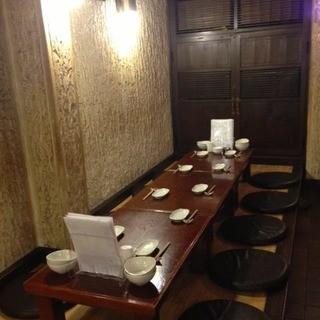 カウンターで1人飲み、わいわい宴会もできるアットホームな空間