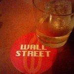 WALL STREET - スコットランドのシングルモルト「ボウモア12年」&赤いコースター。