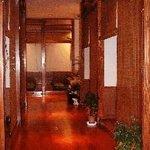 かくや - 簾の下りた個室が並ぶ