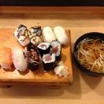 寿司常 - お昼の特別メニュー、空いているところに穴子押し寿司が提供されます