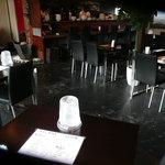 博多 柚づ庵 - 4人掛けテーブルが7台、座敷が2部屋、カウンター席が6席