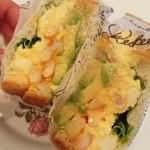 神戸屋スタッツォ - フレッシュアボガド&プリプリ海老のチーズソースサンド4月新商品
