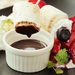 苺と焼きマシュマロのチョコソース