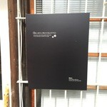 ジェラート ピッコロット - 控えめな看板ですが、凝ったデザインされています