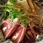 ぽち食堂 - 初鰹のタタキは薬味たっぷりでどうぞ〜