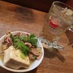 やきとり 戎 - 煮込み豆腐・トリスハイボール