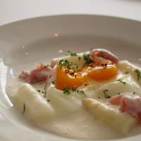 ラ ベルベーヌ - ホワイトアスパラガスのスープ、生ハムと温泉卵
