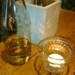 49473301 - テーブルの上のオリーブ油とキャンドル