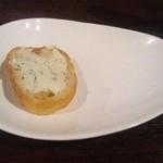 ボイス - お通し バケットの香草ハニーチーズ