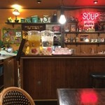 マハナ - お水、ジャスミン茶セルフサービス。 荷物籠レジ横にございます。