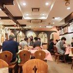 スペイン料理銀座エスペロ - 店内のテーブル席の風景です