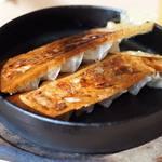 麺堂 香 - 料理写真:鉄なべ餃子がおすすめ!380円