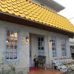 サントピア - 黄色い屋根に店前のお花たち。