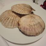エタンセール カワモト - 立派な帆立貝、テーブルまで見せに来てくれました