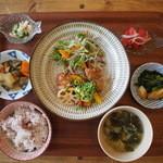 ユンタン カフェ - YUNTANランチ4種の副菜付き850円