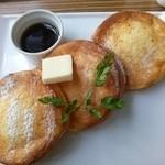 49492482 - ホームメイドパンケーキ(バターとメープルシロップ)