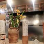 よしはら - <2016年4月・ランチ>相変わらずピカピカの厨房に季節の生花♡