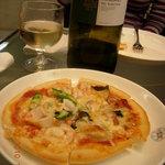 4950656 - ピザ教室の魚介のピザと白ワイン