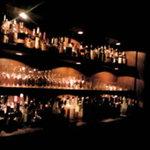4951174 - お酒がたくさん並ぶカウンター