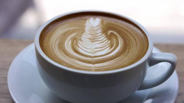 ストリーマー コーヒーカンパニー - 同店女性バリスタによるラテアート。