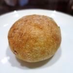 ルール ブルー - ジャガイモのパン、栗と白胡椒、パルメザンチーズのパン