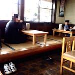 マルナカ - 店内(座敷4名用テーブル3つ(12席)と4名用椅子テーブル6つ(24席))の計36席