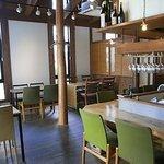 のこりば - オープンキッチンを中心にカウンター席、その周囲にテーブル席が配置されています