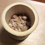 納豆BAR小金庵 - 本物の竹に入っています