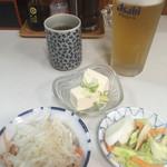 さん亭 - 生ビールセットの、生ビールとミニ冷奴、おしんこ。大根なます¥300