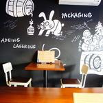 ビアオクロック - 壁一面に描かれた動物たちと一緒にビールをお楽しみください♪