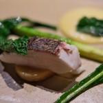 リョウリヤ ステファン パンテル - <2016年4月>蒸して焼いた鯛。しっとり感抜群。オランデーズソースにはゆずの香りいっぱい。
