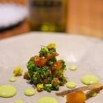 リョウリヤ ステファン パンテル - <2016年4月>鮭と菜の花を日本酒、塩、砂糖でマリネ。円形の形は山椒のソース。