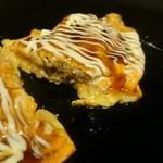 49554547 - トローリ溢れるチーズと分厚い豚肉、とろとろ卵とソースにマヨネーズがたまらないハーモニー