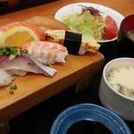 新港食堂 - 握り8貫にサラダとあら汁に茶碗蒸しがついた限定!10食にぎり定食1080円☆☆