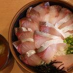 ととどん - 旬の丼(活〆ハマチ丼)特盛 税込890円