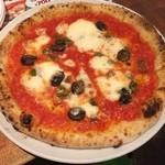 49571167 - アンチョビ、オリーブ、ケーパーのピザ。                       ランチは税抜780円。