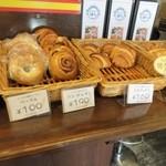 ラ・タルティーヌベーカリー  - 実は私パンを選ぶのにレミさんと話してたんですが、パンばかり見てて顔を見るまでフランス人だと気づきませんでしたそれ位日本語上手でしたよ。  ゴメンナサイ。