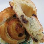 ラ・タルティーヌベーカリー  - クロワッサン生地に包まれたレーズンの甘酸っぱさが口の中に広がる美味しいパンです。